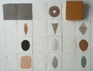 Selce, 1990 Künstlerbuch mit zehn Seiten; Flusskiesel, Kalkstein, Sumpf-Erde, Zellulose; 16 x 13,5 cm.